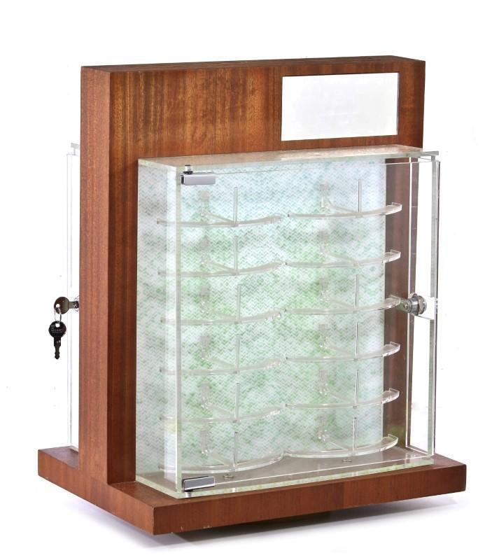 3d33415c3eb35 Lote 2680 - Expositor de óculos em madeira, rotativo, com 2 portas em  acrílico, com chave e espelhos, com 55x43x31 cm, capacidade 24 unidades,  eléctrificado ...