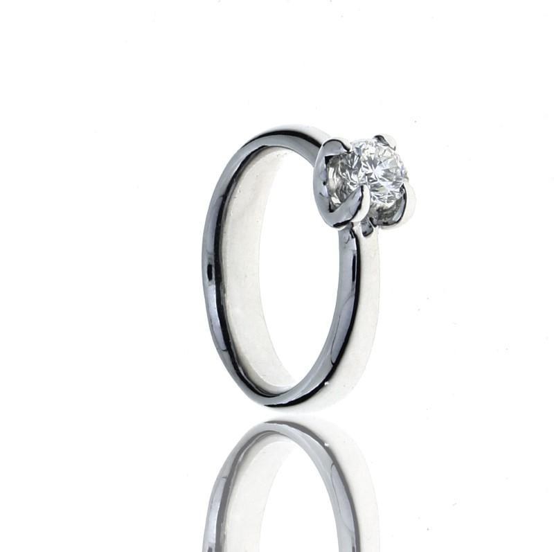 Lote 5431 - Anel solitário de alta joalharia LEITÃO E IRMÃO em platina 950,  cravejado em garras ao centro com 1 diamante com 0,70 ct. de peso aprox. de  ... 1e1a32d04b