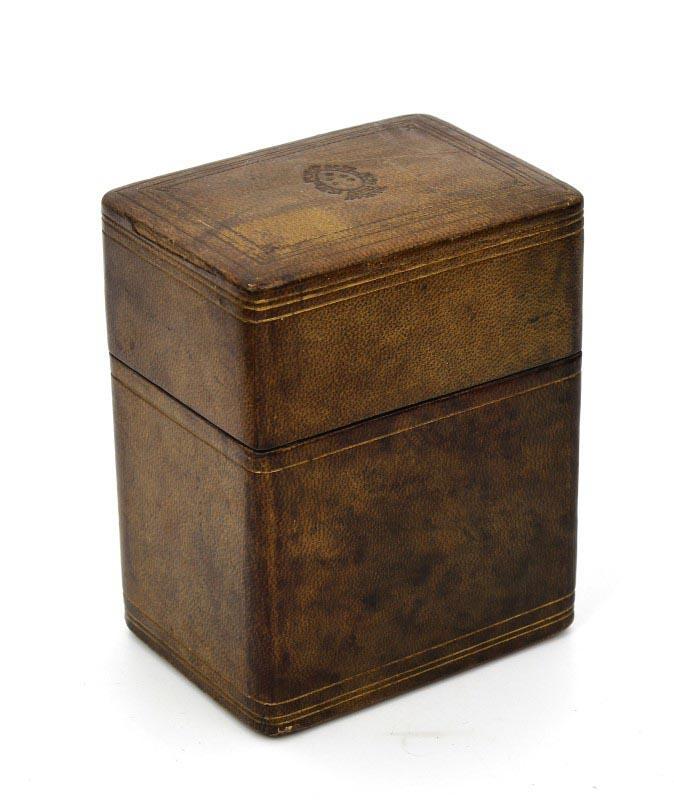 4c68fb1e3df Lote 392 - CAIXA PARA BARALHOS DE CARTAS – Caixa de madeira revestida a  pele