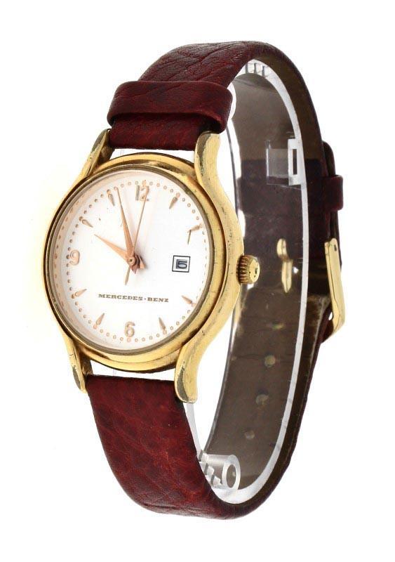 dafe9cbad37 Lote 187 - RELÓGIO MERCEDES BENZ - Relógio de pulso. Caixa em aço dourado  com 31 mm e bracelete em pele. Movimento de quartzo. Mostrador com  numeração árabe ...