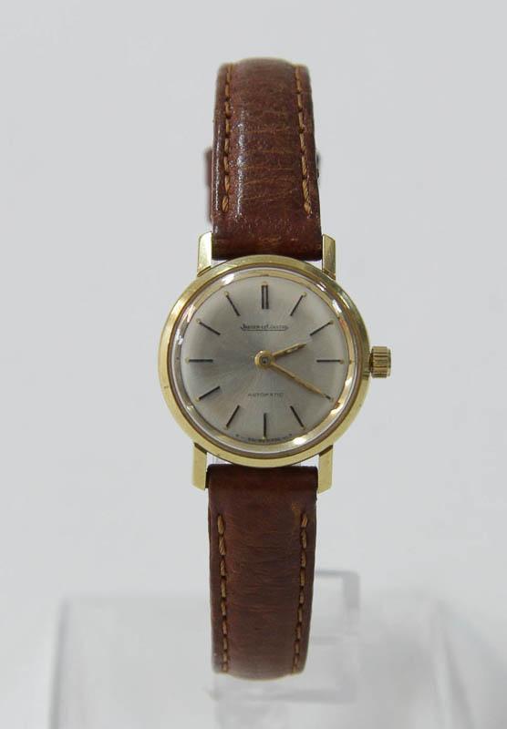 1be78ece9ed Lote 4589 - JAEGER-LECOULTRE EM OURO - Relógio de pulso para senhora da  prestigiada marca de alta relojoaria Suissa JAEGER-LECOULTRE Automatic  E22002 ...