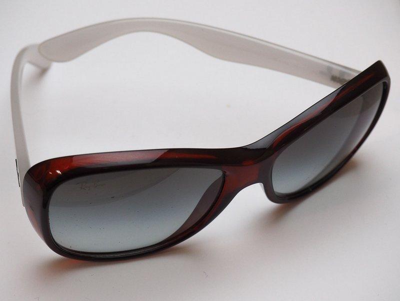 cfcd16a7f Lote 4462 - RAY BAN - Óculos de sol da marca Ray Ban, atrmação em massa de  cor bordeaux e hastes brancas. Dimensão: 14 cm. Modelo à venda por € 132,  ...
