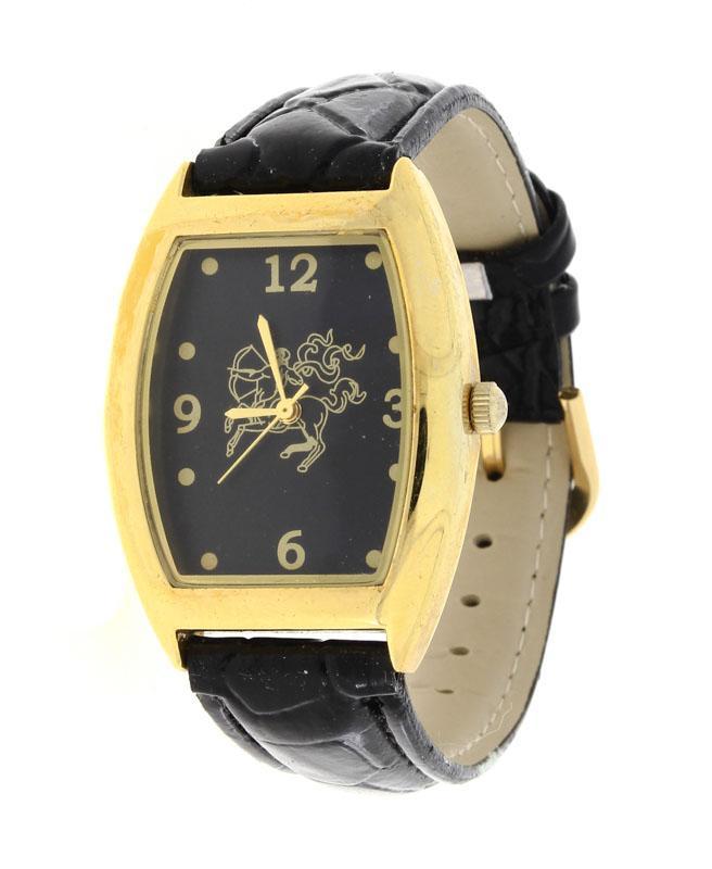 f57d5238249 Lote 77 - RELÓGIO DE PULSO - Corpo em metal e bracelete em pele. Mostrador  com numeração árabe e ponteiros a dourado sobre fundo preto com centauro.
