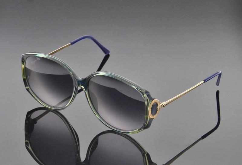 Lote 17 - CHRISTIAN DIOR, ÓCULOS DE SOL – Made in Germany, modelo vintage,  Originais, armação de massa azul transparente, interior em azul, hastes em  metal ... 04cb43fd2c