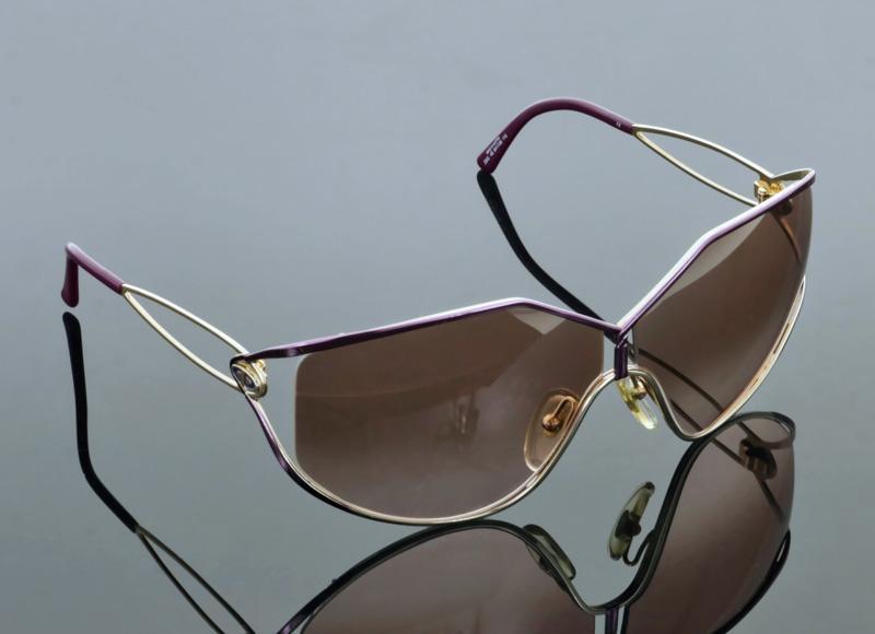 b51dab535 Lote 5 - CHRISTIAN DIOR, ÓCULOS DE SOL - Made in Austria, modelo vintage,  Refª 2345 48 64-08 115, armações em metal dourado e roxo, lentes castanha  degrade, ...