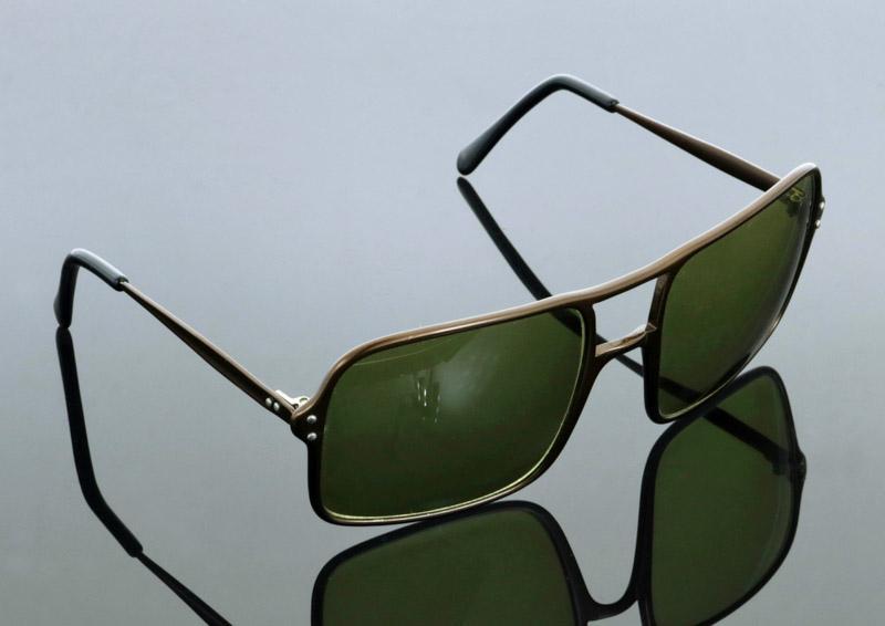 Lote 85 - PIERRE CARDIN, ÓCULOS DE SOL - Made in Italy, modelo vintage,  armações em metal castanho metalizado, lentes verdes, com logo na haste.  Óculos ... 7194375fb1
