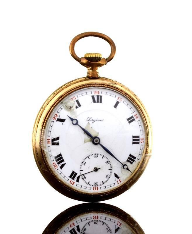 e6c88712b28 Lote 18 - Relógio de bolso marcado LONGINES antigo em plaqué de ouro.  Mecanismo de corda. Mostrador esmaltado com dupla numeração romana e árabe